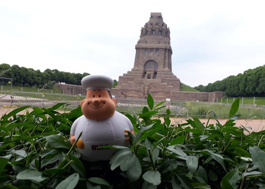 Bert vor dem Völkerschlachtdenkmal in Leipzig