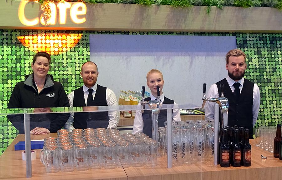 Janine Palm und ihre Mitarbeiter bei der Eröffnung der Messe in der Halle des Bundeslandwirtschaftsministeriums
