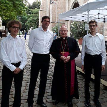 Unser Team mit dem scheidenden Augsburger Bischof Konrad Zdarsa, der feierlich aus seinem Amt verabschiedet wurde.
