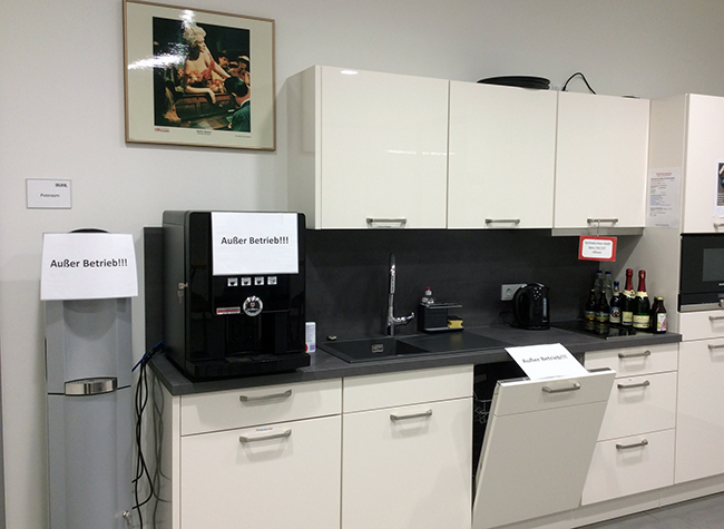 Auch bei BUHL gibt es wegen Corona harte Einschränkungen: Sogar die Mitarbeiter-Küche - inklusvie Kaffeemaschine! - ist außer Betrieb!