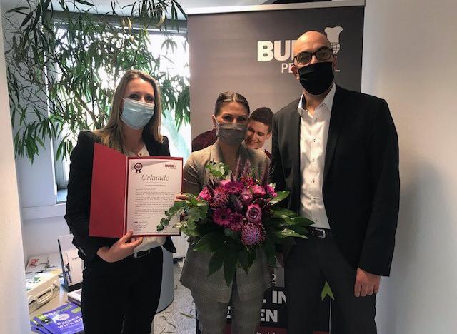 auch mit Maske wird natürlich zu einem 15-jährigen Betriebsjubiläumbei BUHL gratuliert, wenn auch die Feier dazu leider ausfallen musste.