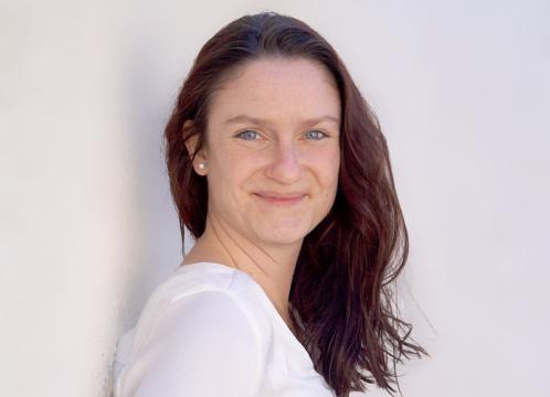 Sympathische Verstärkung. Frau Karoline Giokas bereichert seit Anfang Juni 2021 das Team der HOGAPAGE Media GmbH als Stellvertretende Chefredakteurin.